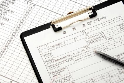 医療イメージ―診断書とボールペン